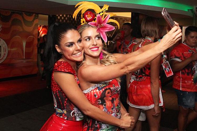 As atrizes Paloma Bernardi e Julianne Trevisol fazem selfie no camarote da Grande Rio na Marquês de Sapucaí - 26/02/2017