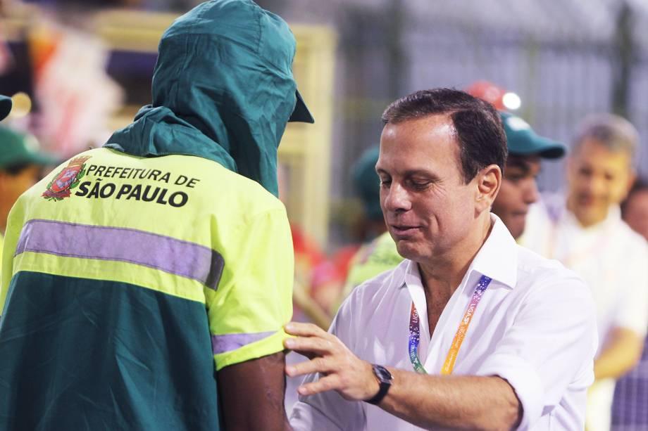 O prefeito de São Paulo (SP), João Doria, cumprimenta público durante a primeira noite do desfile das escolas de samba no Sambódromo do Anhembi - 24/02/2017