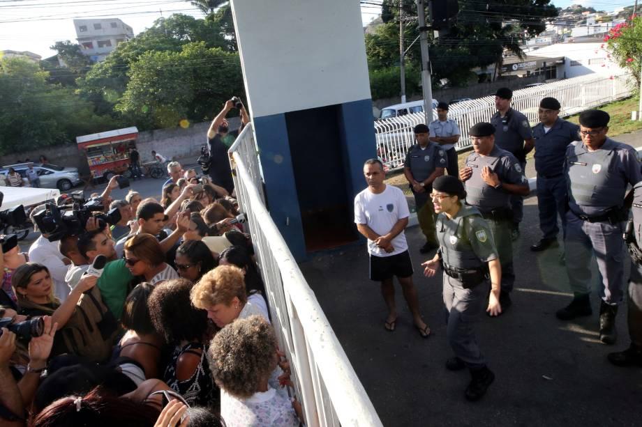 Policial conversa com familiares que bloqueiam a entrada principal do batalhão da PM em Vitória no Espírito Santo - 11/02/2017