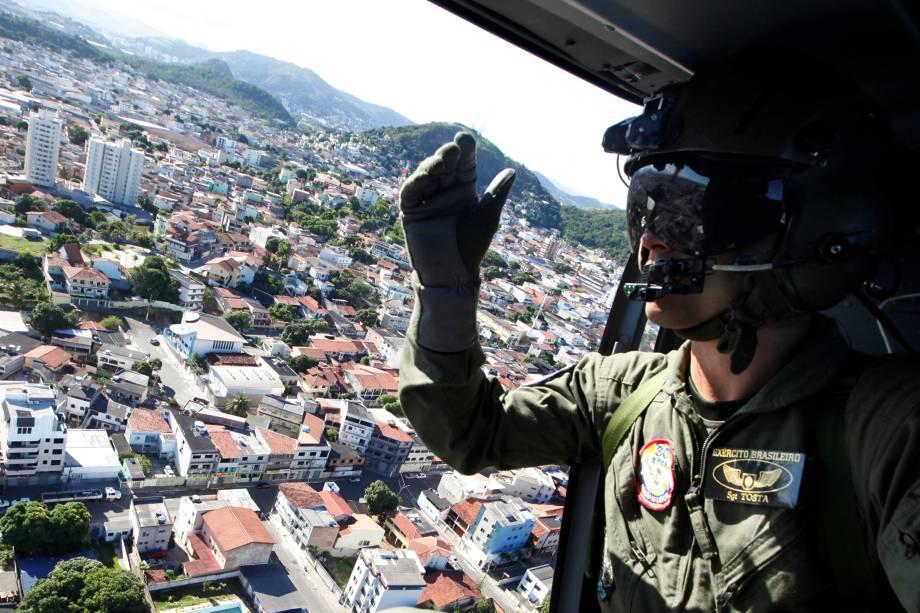 Soldado da Força Aérea patrulha de helicóptero, as ruas de Vila Velha, no Espírito Santo durante paralisação da polícia militar do estado - 11/02/2017