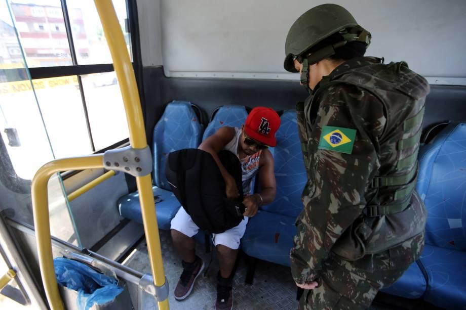Soldado do exército revista uma pessoa dentro de um ônibus, durante paralisação da polícia militar em Vila Velha, no Espírito Santo - 11/02/2017
