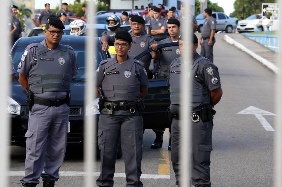 Policiais militares não conseguem deixar o batalhão, em Vitória