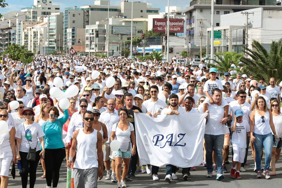 Protesto denominado 'Caminhada das Famílias pela Paz' ocupa a orla da Praia de Camburi, em Vitória (ES). A crise de segurança no Estado chegou ao 9ª dia e já soma 142 homicídios, segundo o Sindicato dos Policiais Civis (Sindipol) - 12/02/2017