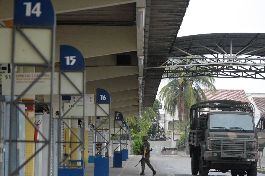 Soldados do Exército fazem a segurança das ruas e dos terminais rodoviários em Vila Velha, região metropolitana de Vitória - 08/02/2017