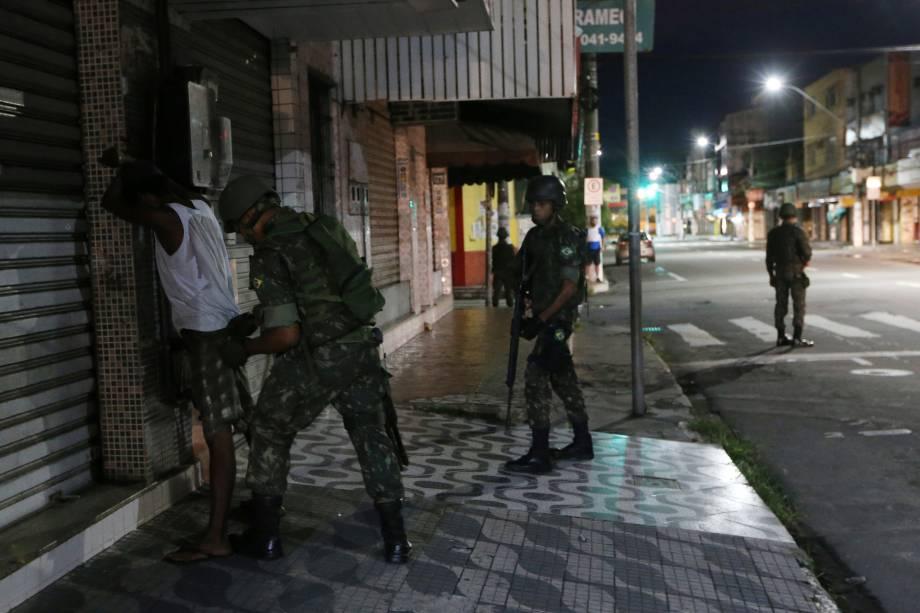 Soldado do Exército revista uma pessoa durante patrulha nas ruas de Vila Velha, no Espírito Santo - 09/02/2017