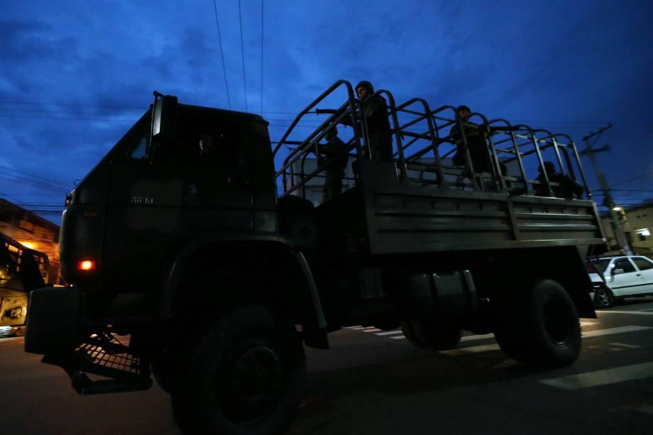 Soldados do exército patrulham as ruas de Vila Velha, no Espírito Santo - 09/02/2017