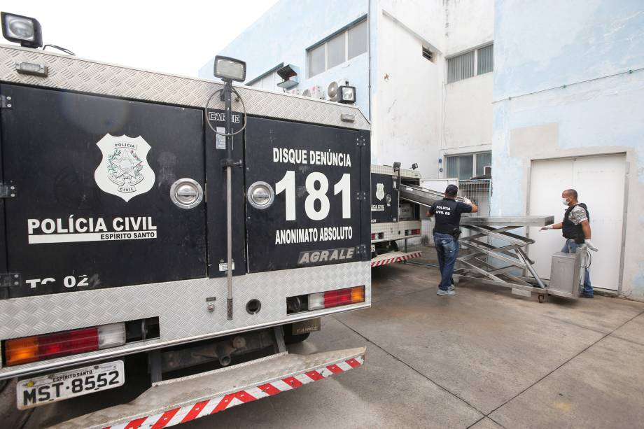 Policiais descarregam um corpo no Instituto de Ciência Forense em Vitória, no Espírito Santo - 09/02/2017