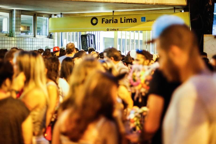 Estação Faria Lima da Linha 4-Amarela do metrô fecha as portas durante dispersão de blocos de Carnaval, em Pinheiros na zona oeste de São Paulo - 18/02/2017
