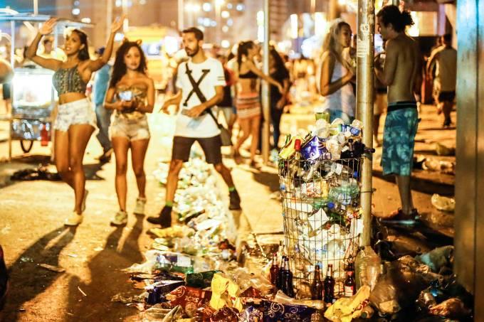 Ruas de Pinheiros ficam sujas no Carnaval