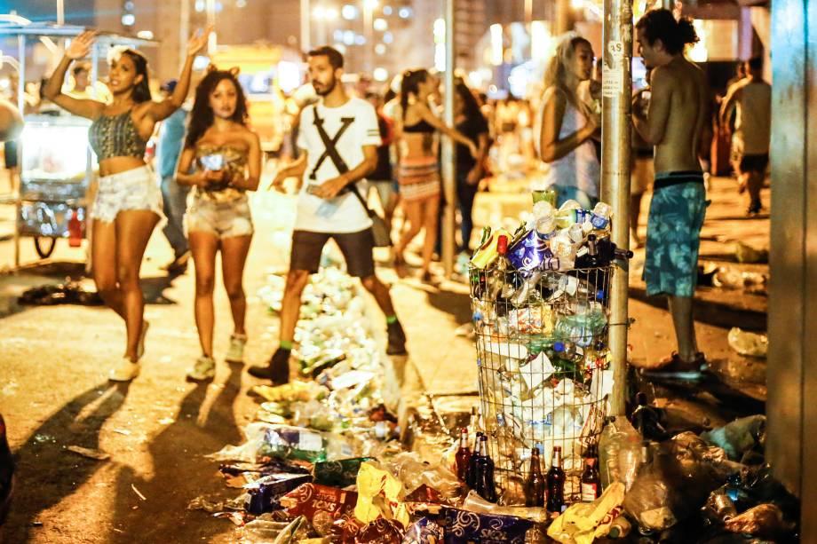Lixo acumulado nos arredores da estação Faria Lima da Linha 4-Amarela do metrô durante dispersão de blocos de Carnaval, em Pinheiros na zona oeste de São Paulo - 18/02/2017
