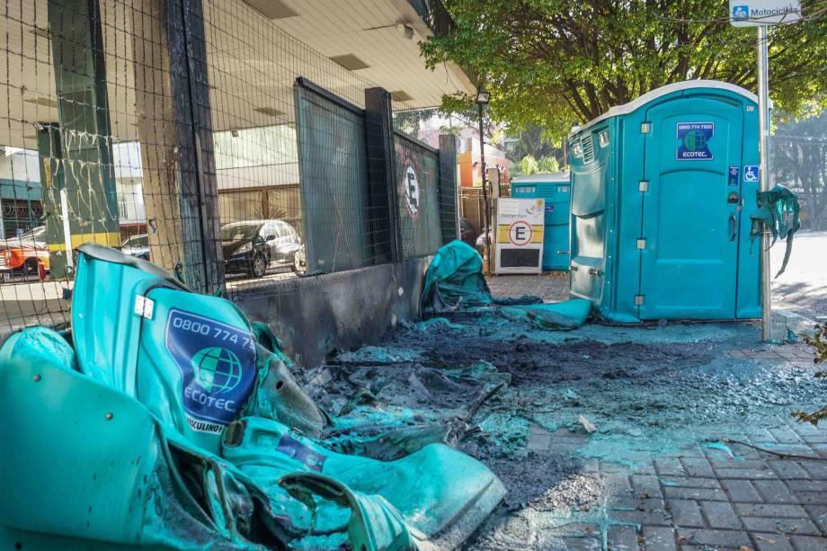 Ruas do bairro de Pinheiros, na zona oeste da cidade, ficam com lixo acumulado e depredações de banheiros químicos após passagem de blocos de Carnaval na região - 19/02/2017