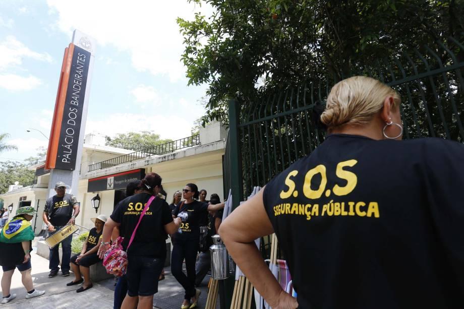 Familiares de policiais militares realizam em frente ao Palácio dos Bandeirantes, em São Paulo. As mulheres pedem melhores salários e condições de trabalho aos maridos - 15/02/2017