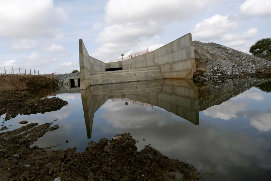 Obras da transposição do rio São Francisco na entrada da cidade de Monteiro, na Paraíba
