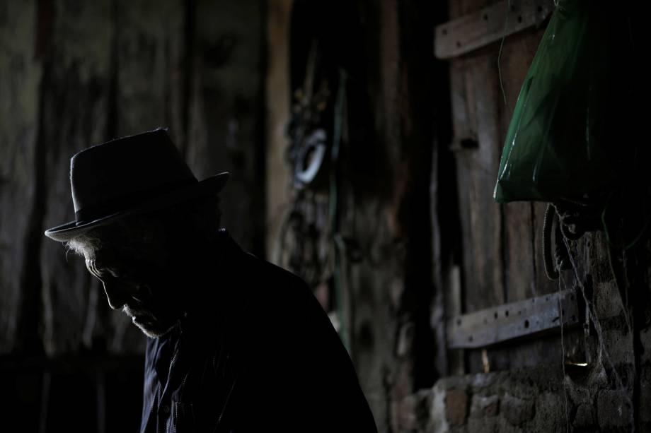 Francisco Barbosa Cruz, 82 anos, entra em sua casa em Pombal, Paraíba