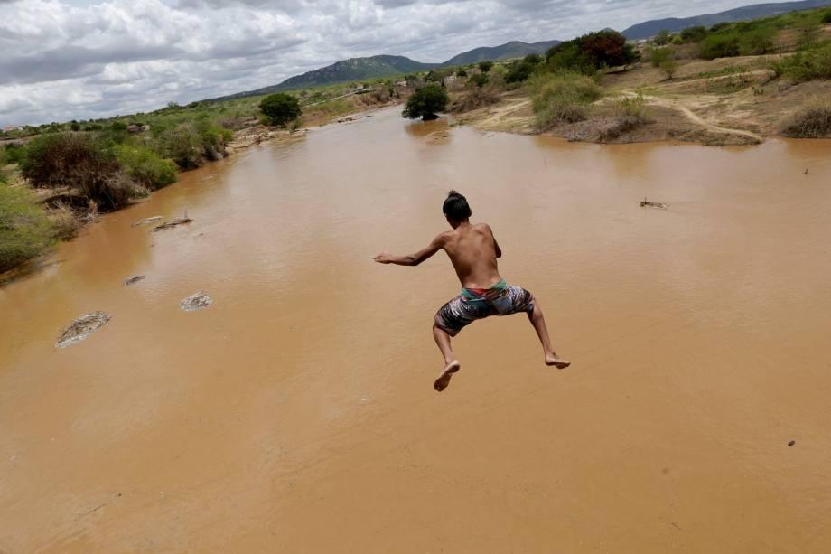 A pouca água que resta dosreservatórios está suja, malcheirosa epraticamente intragável