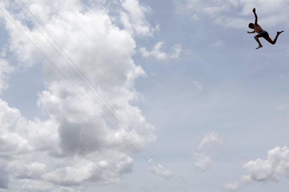 Menino salta no Rio Pianco em Pianco, na Paraíba
