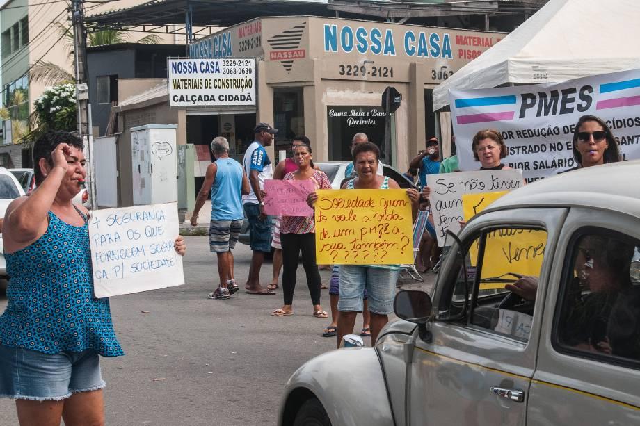 Parentes de policiais militares mostram cartazes durante protesto em apoio à paralisação da categoria na entrada de uma delegacia em Vila Velha, no Espírito Santo - 06/02/2017