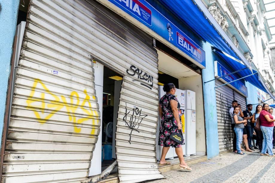 Loja da Casas Bahia fica com a porta destruída após ataque de assaltantes em Vitória, no Espírito Santo - 06/02/2017
