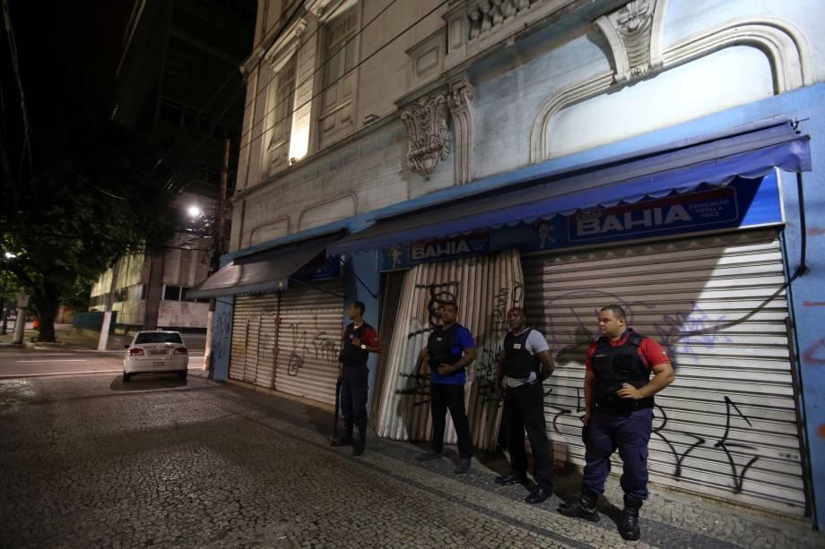 Segurança privada guarda a porta de uma loja no centro de Vitória, Espírito Santo - 07/02/2017