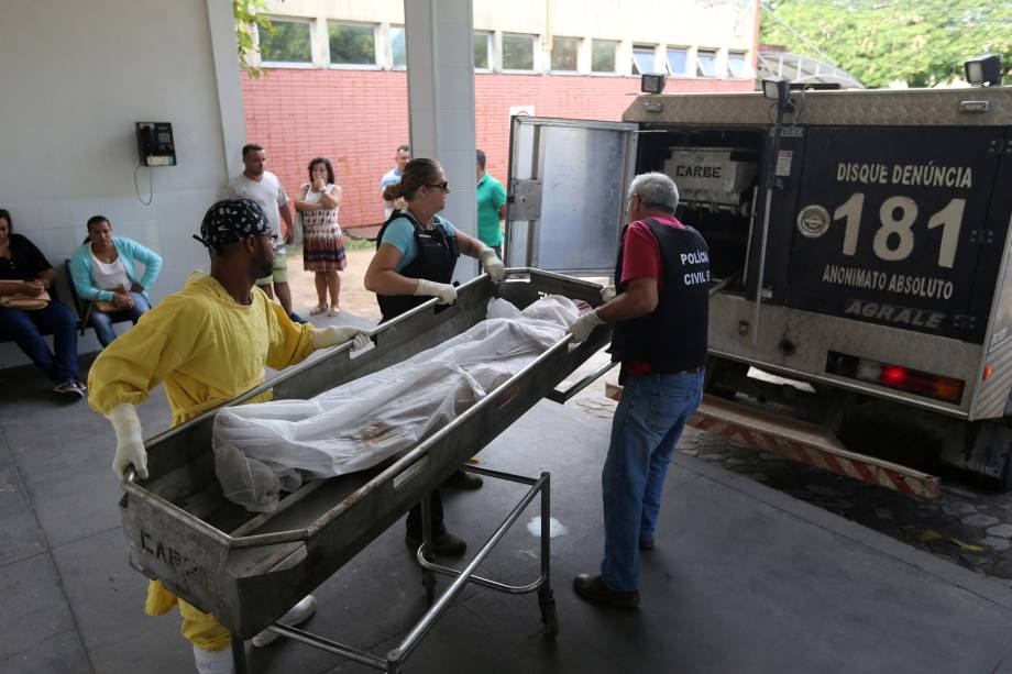 Corpo é conduzido por membros do  Instituto de Ciência Forense em Vitória, durante paralisação dos policiais militares do Espírito Santo - 07/02/2017