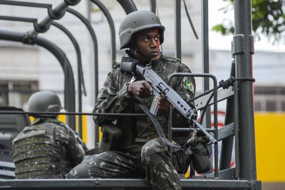 Soldados das Forças Armadas realizam patrulhamento nas ruas da cidade de Vitória (ES) na tentativa de conter a onda de violência durante paralisação da polícia militar do estado - 06/02/2017
