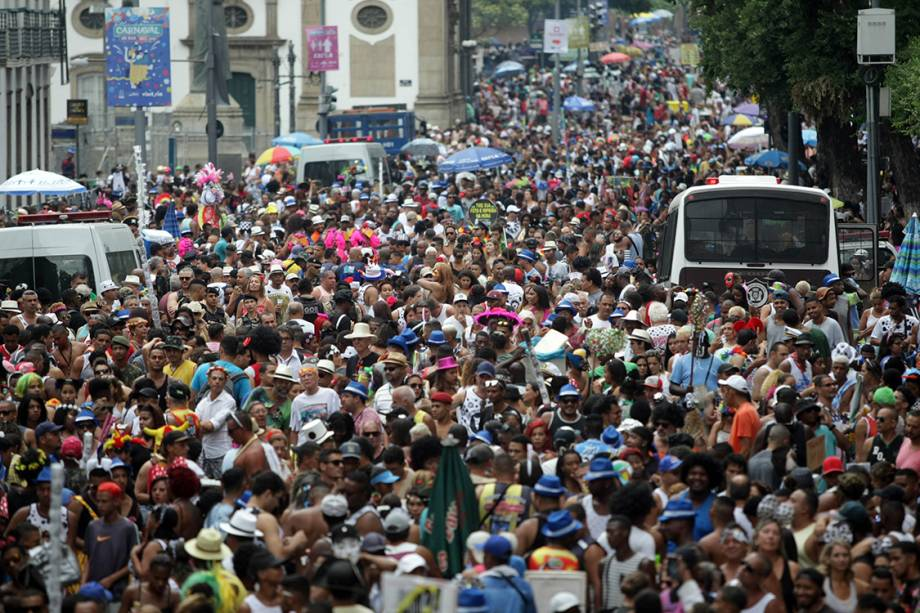 Foliões curtem o Carnaval no Rio de janeiro no bloco de rua tradicional Cordão da Bola Preta - 25/02/2017