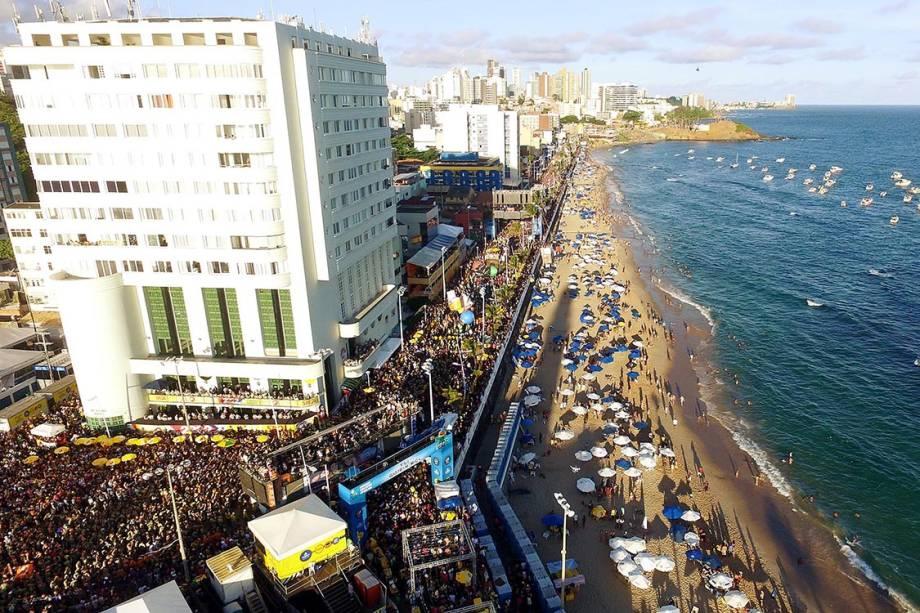 Milhares de foliões lotam as ruas no circuito Barra-Ondina no Carnaval de Salvador