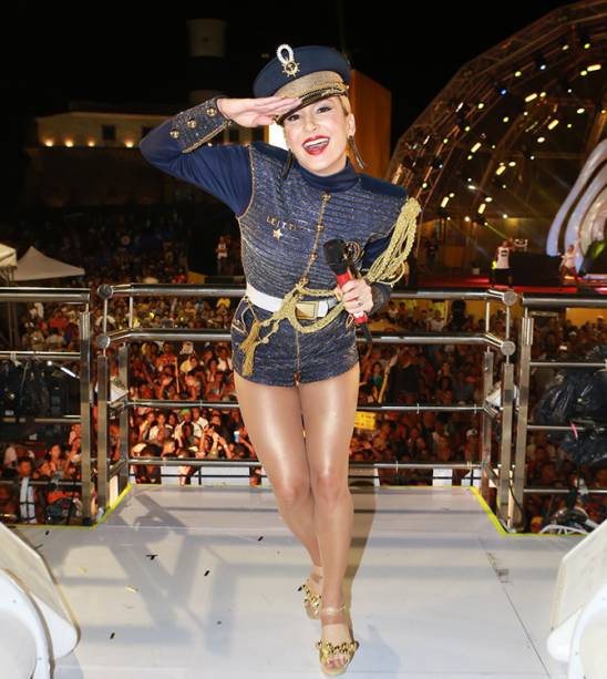 Fantasiada de marinheira, Claudia Leitte comanda o bloco Largadinho, em Salvador