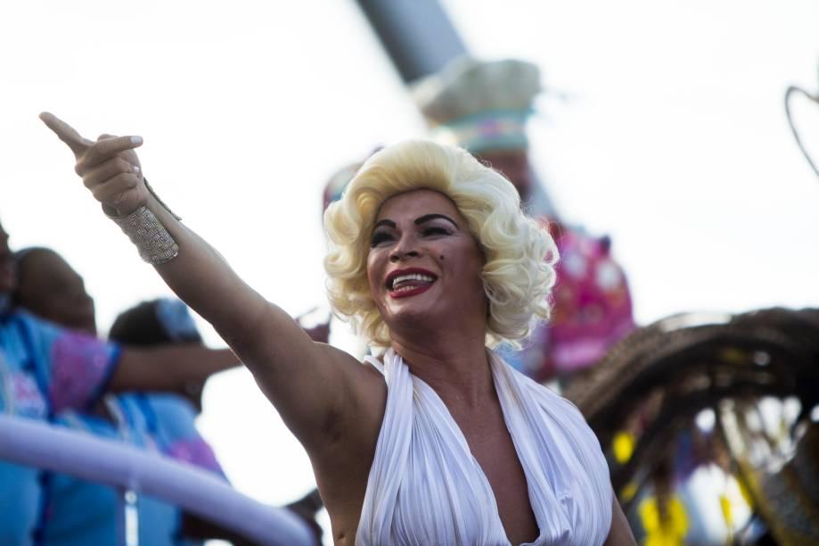 """Com enredo """"Convivium. Sente-se à mesa e saboreie"""", escola Rosas de Ouro fecha o desfile de carnaval em São Paulo"""