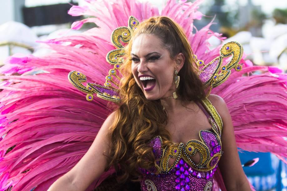 Ellen Rocche, rainha da escola Rosas de Ouro há dez anos, desfila no segundo dia de carnaval em São Paulo