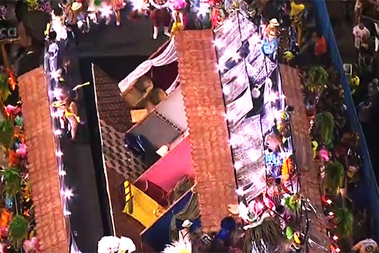 Estrutura de carro alegórico da Unidos da Tijuca despenca durante desfile - 28/02/2017