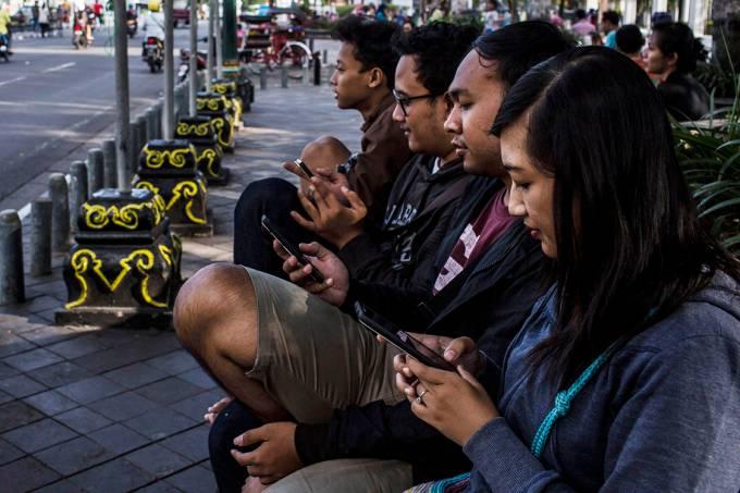 Pessoas usando celular