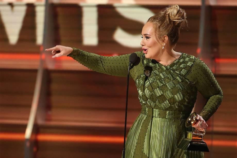 A cantora Adele recebe o troféu de Álbum do Ano, durante a cerimônia da 59ª edição do Grammy no Staples Center, em Los Angeles, nos Estados Unidos - 12/02/2017