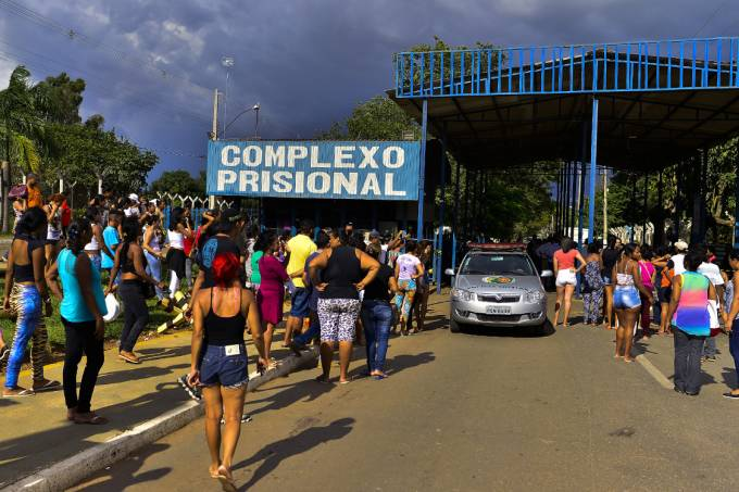 Familiares de presos se aglomeram em frente ao presídio de Aparecida de Goiânia, após rebelião deixar 4 mortos e 35 feridos