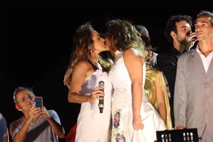 A cantora Daniela Mercury casa com Malu Verçosa em cima do trio, no Carnaval de Salvador
