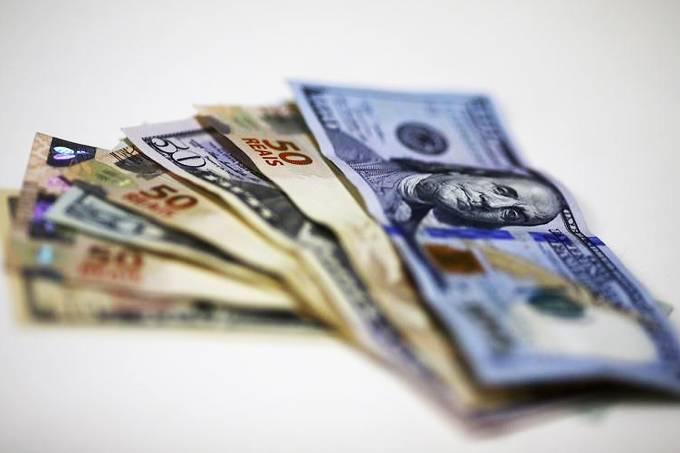 Notas de dólar e real em casa de câmbio no Rio de Janeiro