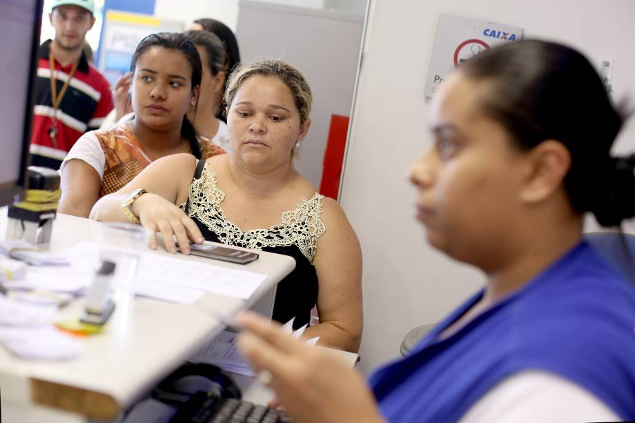 Pessoas se dirigem as agências da Caixa Econômica Federal para obter informações sobre FGTS
