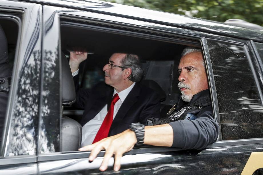 O ex-deputado Eduardo Cunha (à esq.) chega à sede da Justiça Federal, em Curitiba (PR), para prestar depoimento ao juiz Sérgio Moro - 07/02/2017