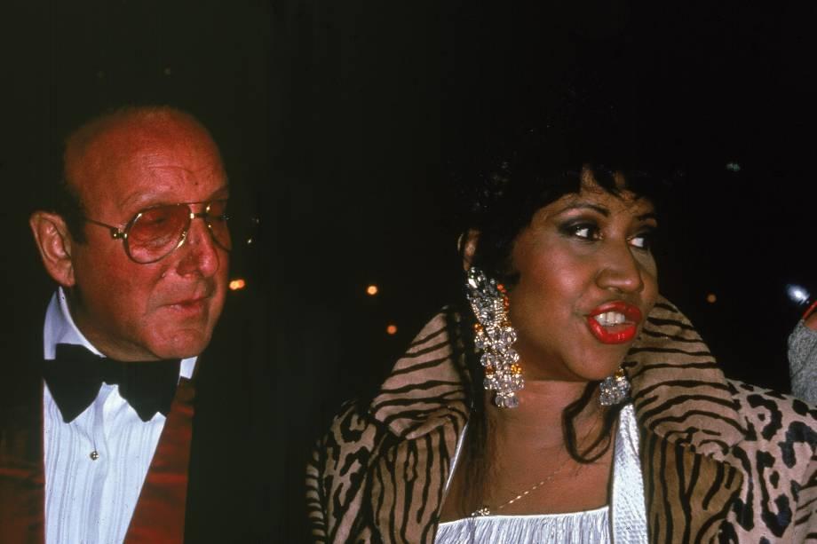 O produtor musical Clive Davis e a cantora Aretha Franklin durante evento, em 1992