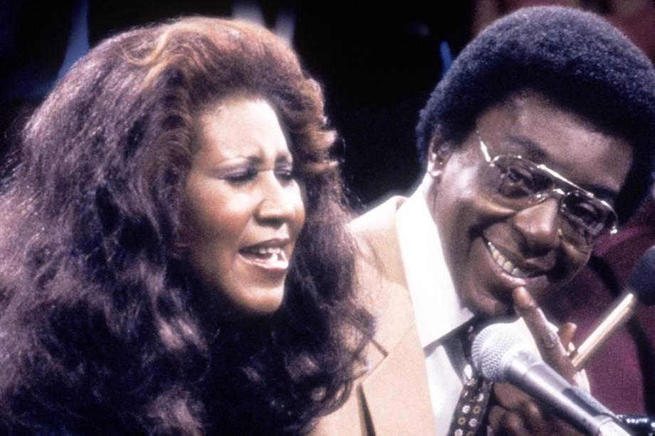 A cantora Aretha Franklin com apresentador e produtor Don Cornelius na década de 70