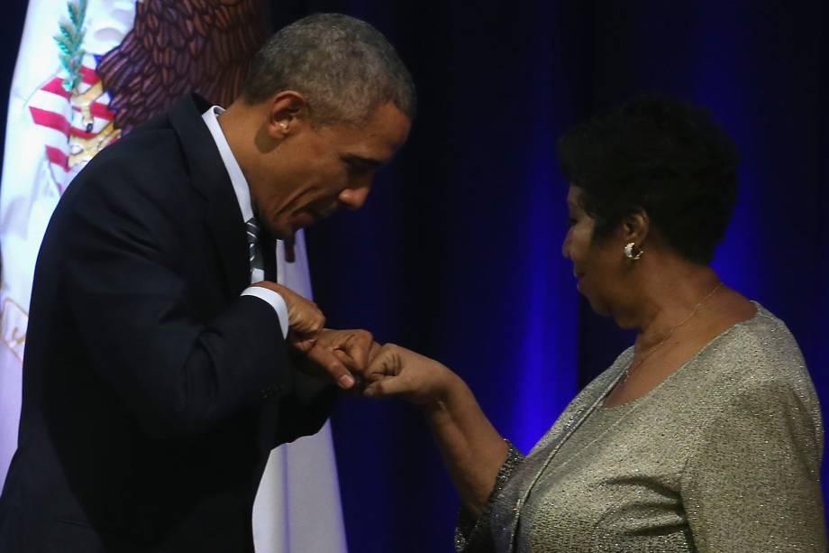 O ex-presidente dos Estados Unidos, Barack Obama, cumprimenta a cantora Aretha Franklin durante cerimônia na Casa Branca em 2015