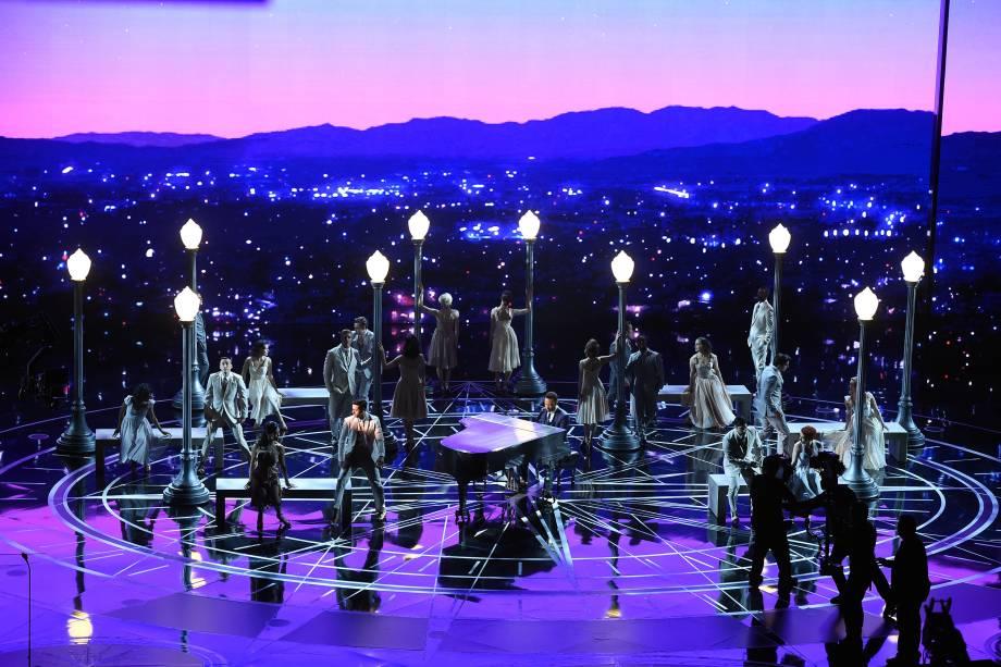 """John Legend apresenta a canção """"City of Stars"""" do filme 'La La Land: Cantando Estações' durante a cerimônia do Oscar - 26/02/2017"""