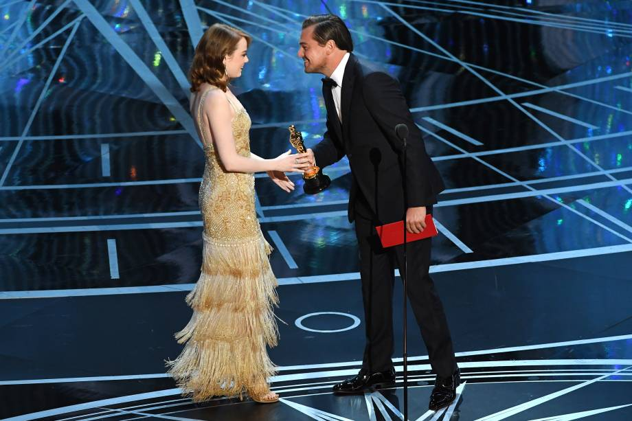 Emma Stone recebe das mãos de Leonardo DiCaprio, o prêmio de Melhor Atriz pelo filme 'La La Land: Cantando Estações' - 27/02/2017