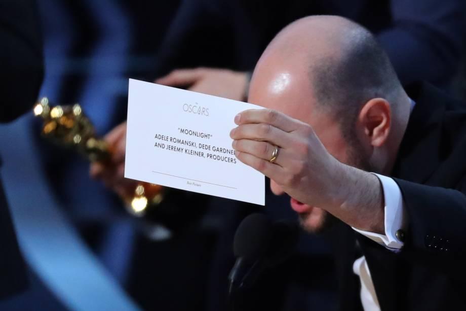 O produtor Jordon Horowitz segura um cartão com o nome do filme 'Moonlight' após confusão no anúncio do melhor filme do Oscar - 27/02/2017