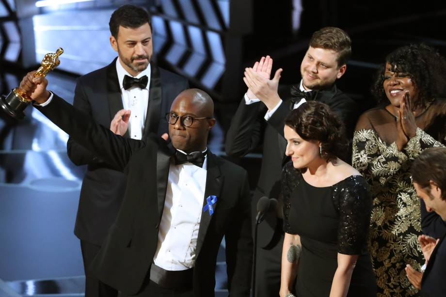 """O roteirista e diretor Barry Jenkins de """"Moonlight"""" recebe o Oscar de Melhor Filme - 27/02/2017"""