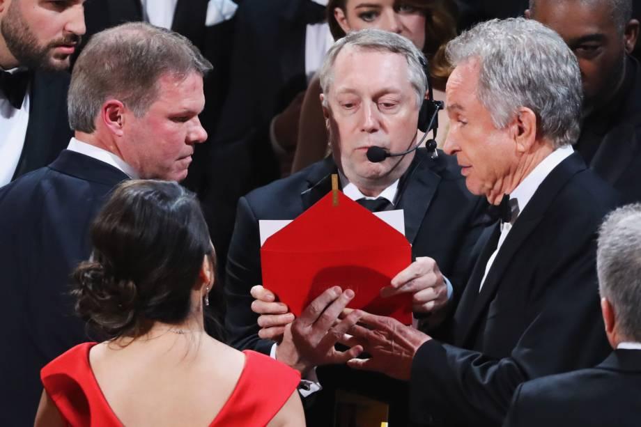 Warren Beatty segura o cartão para o Oscar de Melhor Filme atribuído a 'Moonlight' depois de anunciar por engano a vitória de 'La La Land' - 27/02/2017