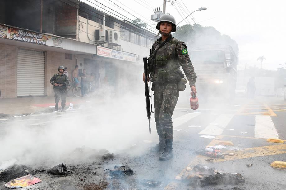 Manifestantes contrários a greve da PM protestam em frente ao Quartel do Comando Geral da PM, no bairro de Maruípe
