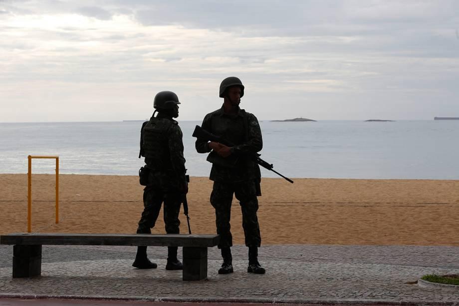 Soldados do Exército patrulham praia em Vila Velha (ES). Crise na segurança pública do Espírito Santo levou caos ao estado e à capital Vitória, com a greve da Polícia Militar