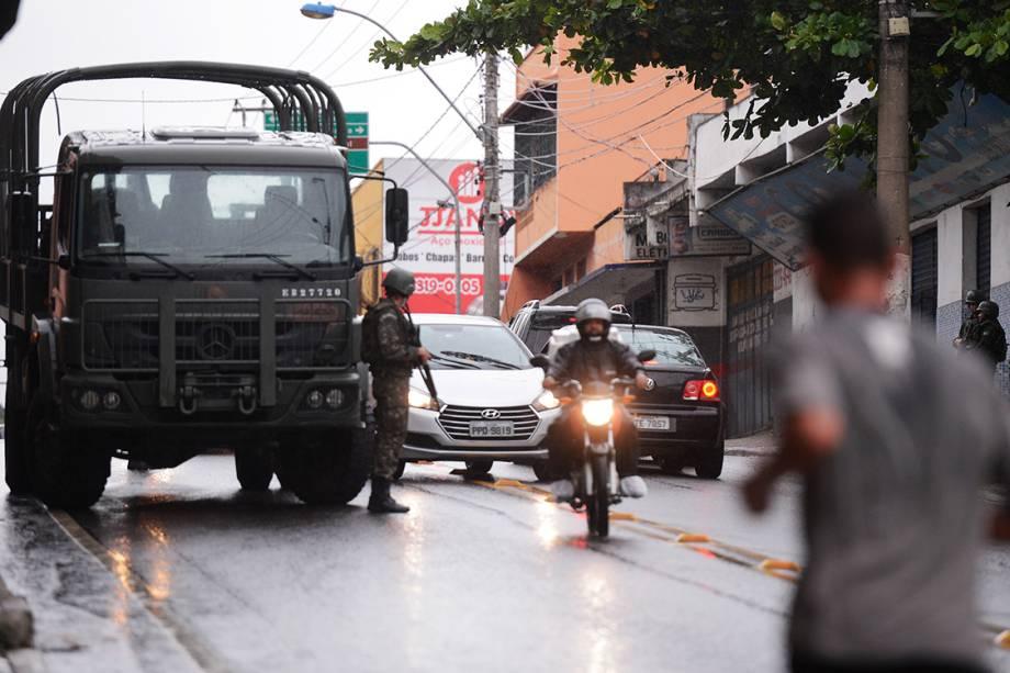 <span>Soldados do exército patrulham ruas e terminais rodoviários vazios em Vila Velha, região metropolitana de Vitória, Espírito Santo</span>