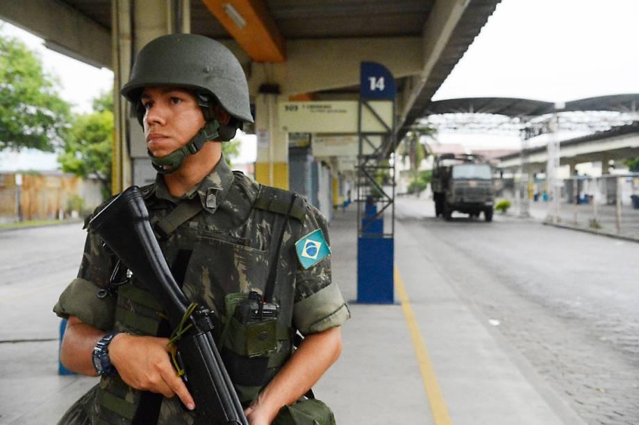 Soldados do exército patrulham ruas e terminais rodoviários vazios em Vila Velha, região metropolitana de Vitória, Espírito Santo